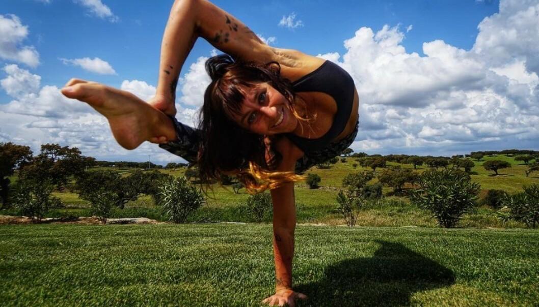 «CUCHIRA»: Tamara Levinson, også kjent som «Cuchira», reiser jorden rundt for å få folk til å bevege seg helt fritt. Foto: Instagram