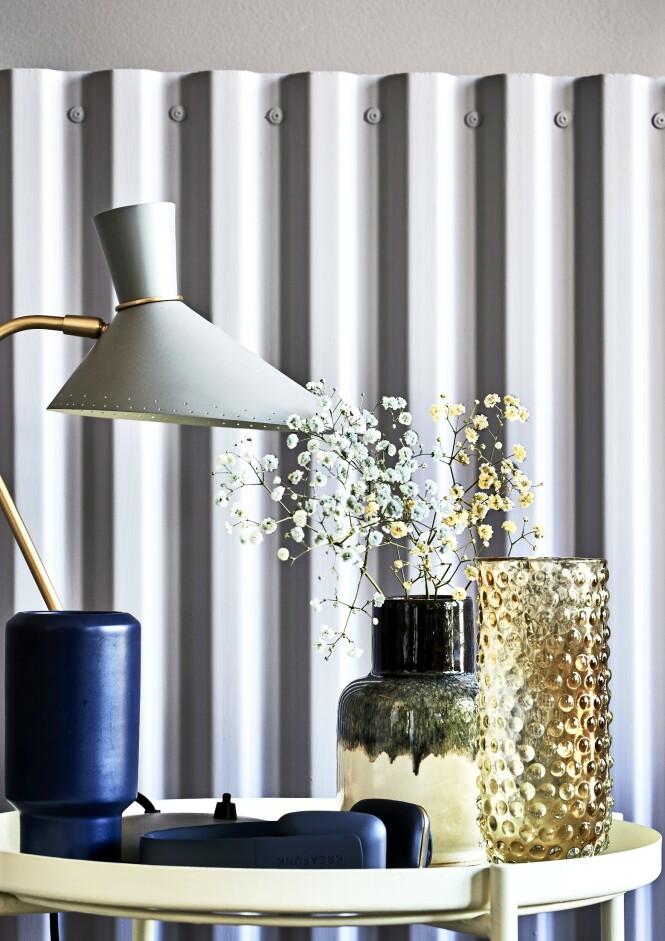 Du kan selv lage farget brudeslør. Bare sett brudeslør i en vase med vann og pastafarge, og la dem trekke i minst 14 timer. Mørkeblå vase og lampe (Warm Nordic). Øretelefoner (Kreafunk). Svart-hvit vase (House Doctor) og glassvase (Bloomingville). FOTO: Martin Panduro