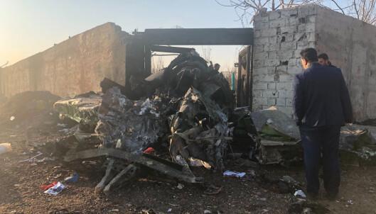 Flyet skal ha tatt fyr, noe som gjorde det umulig for hjelpemannskaper å redde eventuelle overlevende ut fra flyet. Foto: Mohammad Nasiri / AP / NTB scanpix