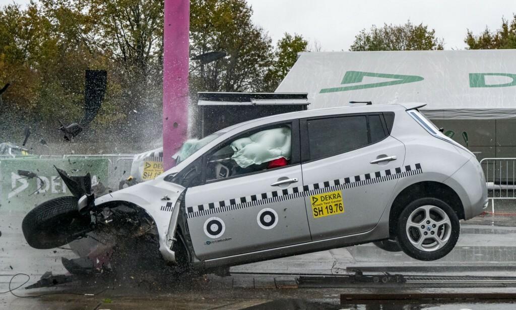 MOT ET TRE: Kollisjonen simulerer krasj mot et tre i 84 km/t. Føreren ville neppe overlevd, men det er ingen tegn til brann fra høyspent-anlegget eller batteriet. Foto: Dekra