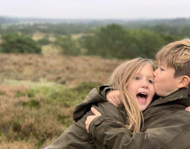 <strong>SØSKENKJÆRLIGHET:</strong> Det er ingen tvil om at tvillingene Vincent og Josephine er glad i hverandre. Foto: Kronprinsesse Mary / Det danske kongehus