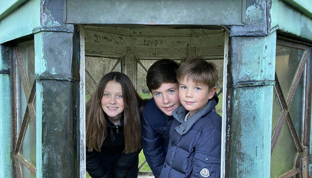 <strong>MED DE ELDSTE:</strong> Her er Vincent sammen med den eldre søsknene, Christian og Isabella. Foto: Kronprinsesse Mary / Det danske kongehus