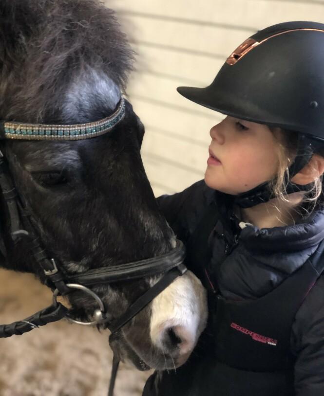 <strong>GLAD I HEST:</strong> Josephine ser ut til å ha arvet sin mors interesse for hester og riding. Foto: Kronprinsesse Mary / Det danske kongehus