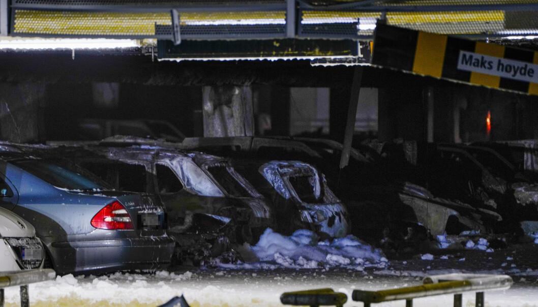 <strong>BILBRANN:</strong> Blir det oftere brann i en elbil? Brannen i parkeringshuset på Sola viste seg å skyldes en dieselbil som tok fyr. Foto: NTB Scanpix