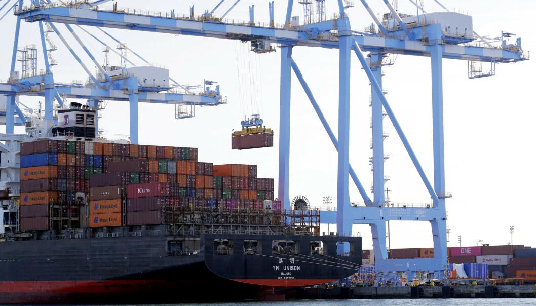 <strong>SVAKERE VEKST:</strong> Verdensbanken spår svakere vekst i både USA og Kina i årene som kommer, mye på grunn av handelskrigen til president Donald Trump. Her losses konteinere i Tacoma i USA. Foto: Ted S. Warren / AP / NTB scanpix