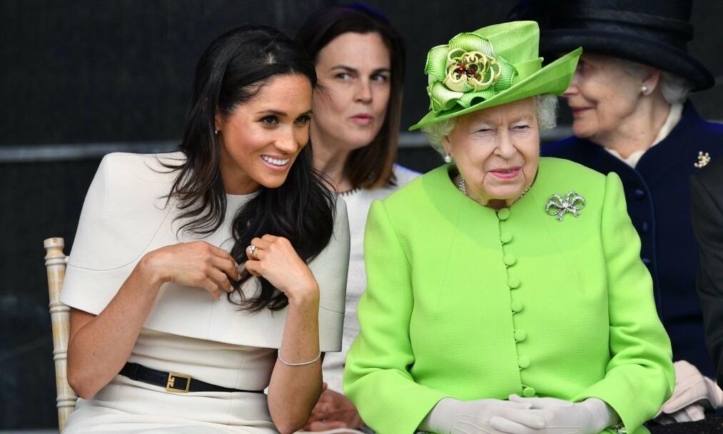 SKUFFET: Dronning Elizabeth skal ikke ha satt særlig pris på den overraskende uttalelsen fra hertugparet. Her er hun og hertuginne Meghan ute på oppdrag sammen i juni 2018 - kort tid etter at Meghan giftet seg med prins Harry. Foto: NTB scanpix