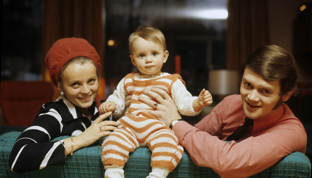 <strong>TITTEI:</strong> Thomas mellom foreldrene Kari og Yngvar hjemme i Sandefjord. Pappa Yngvar er kjent fra Dizzie Tunes. Foreldrene skilte seg da Thomas var 19 år. FOTO: NTBScanpix