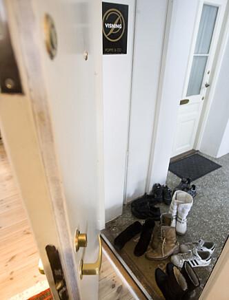 <strong>FÆRRE PÅ VISNING:</strong> Flere boligselgere vil nok merke at det er litt mindre sko i gangen når de holder visning det kommende året. Foto: Heiko Junge/NTB Scanpix.