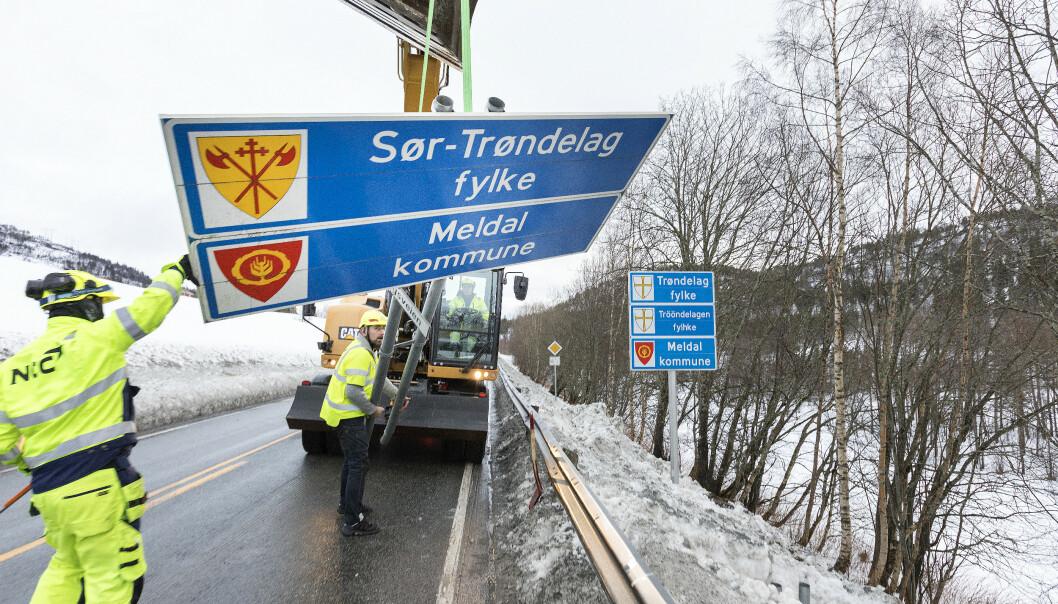 Samferdselsminister Jon Georg Dale sier at gamle fylkesskilt blir makulert. Her tas skiltet for Sør-Trøndelag ned før sammenslåingen med Nord-Trøndelag i 2018. Foto: Gorm Kallestad / NTB scanpix.