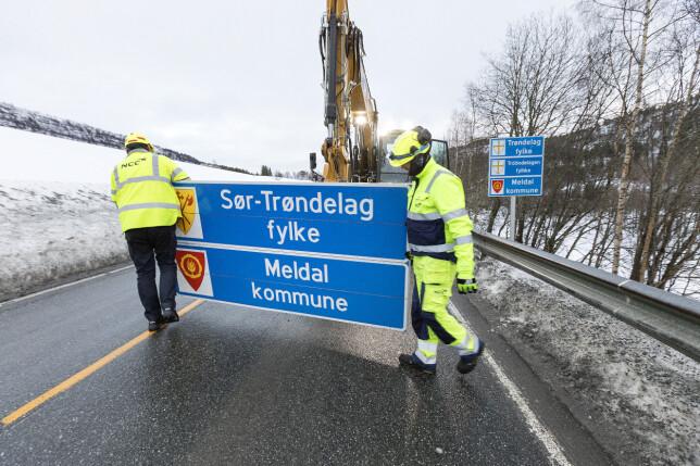 Fjerning av gamle og montering av nye skilt på fylkesgrensa mellom Trøndelag, tidligere Sør-Trøndelag, og Møre og Romsdal. Andre endringer av norgeskartet må gjøres digital. 📸: Gorm Kallestad / NTB scanpix