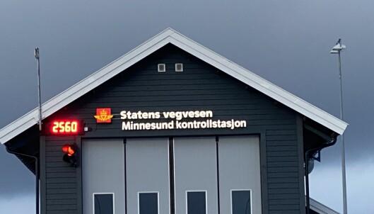 TUNG: Bilen veier 2.560 kg med fører og fotosekk. Foto: Fred Magne Skillebæk