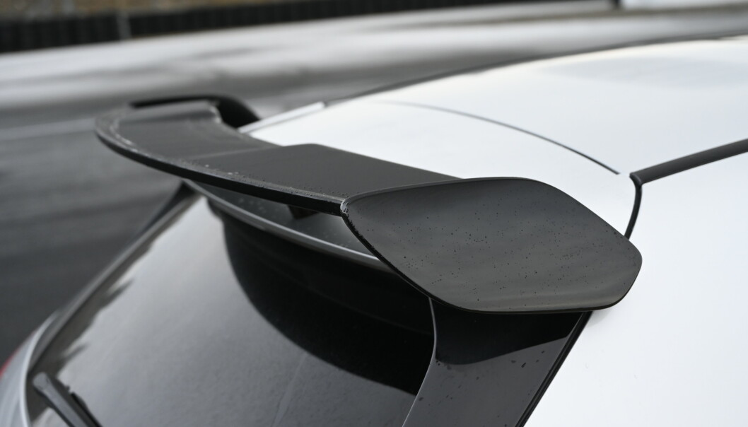 <strong>POP:</strong> Den kan se helt anonym ut men de fleste digger aerodynamikkpakka. Nå ser spoileren langt bedre ut også. Foto: Rune M. Nesheim