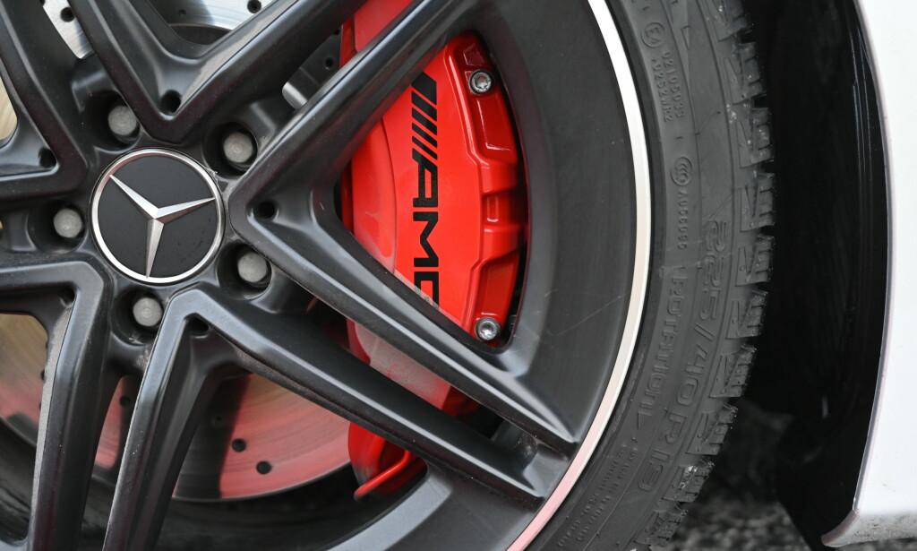 RØDT FOR RÅTT: De røde kalipperne indikerer at det er de råeste bremsene. De er standard på S. Skivene er like store som på forgjengeren, men kalipperne har 6 stempler. Før var det fire. Foto: Rune M. Nesheim