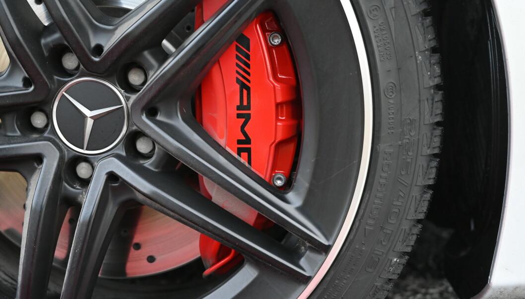 <strong>RØDT FOR RÅTT:</strong> De røde kalipperne indikerer at det er de råeste bremsene. De er standard på S. Skivene er like store som på forgjengeren, men kalipperne har 6 stempler. Før var det fire. Foto: Rune M. Nesheim