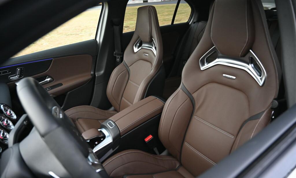 HARDE KÅR: Racingstolene er elektrisk justerbare og har både varme, kjøling, justerbar sidestøtte og 4-veis justerbar korsryggstøtte. De to siste funkjonene må man inn i skjermmenyen for å stille. Vi synes vi sitter litt for høyt i bilen. Foto: Rune M. Nesheim