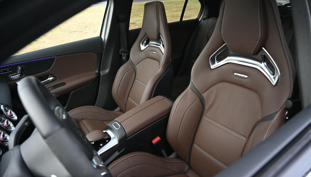 <strong>HARDE KÅR:</strong> Racingstolene er elektrisk justerbare og har både varme, kjøling, justerbar sidestøtte og 4-veis justerbar korsryggstøtte. De to siste funkjonene må man inn i skjermmenyen for å stille. Vi synes vi sitter litt for høyt i bilen. Foto: Rune M. Nesheim
