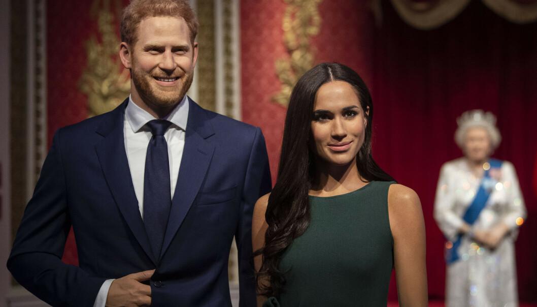 <strong>ALENE:</strong> I bakgrunnen av voksfiugurene av prins Harry og kona, kan man skimte resten av kongefamilien. Foto: NTB Scanpix