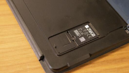 <strong>ENDELIG:</strong> Microsoft gjør det enkelt å bytte SSD-brikke. Nedenfor kan du sette inn et nano-SIM-kort. Foto: Martin Kynningsrud Størbu