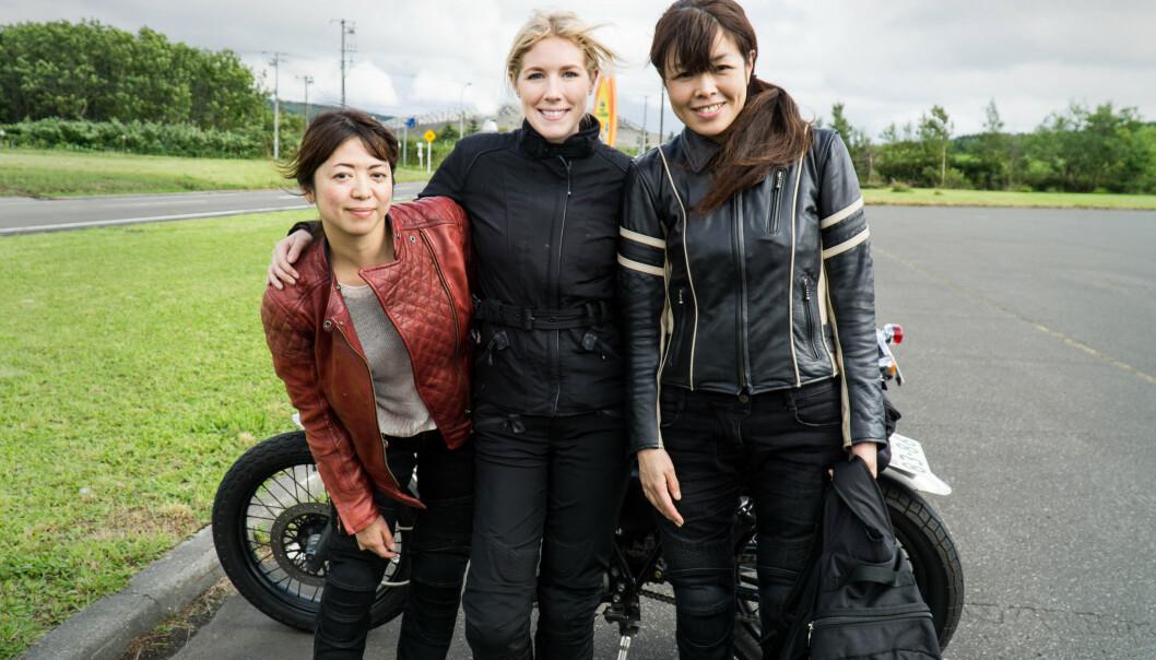 ELSKER Å REISE ALENE: Det er ifølge Hanna ekstra lett å komme i kontakt med andre når man reiser alene, som disse to MC-jentene i Japan. FOTO: Privat