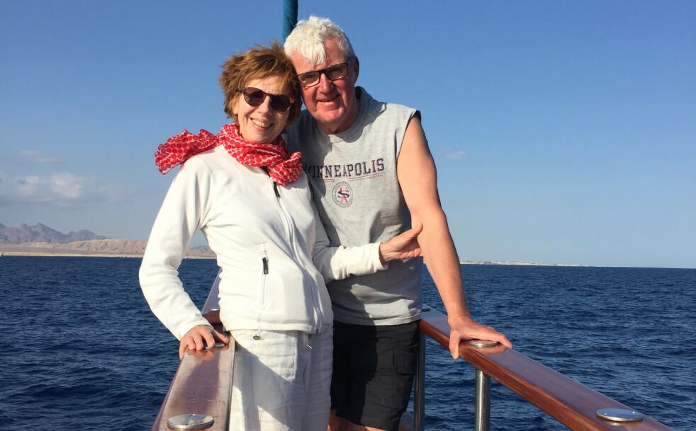 Aase Dotterud og mannen Gerhard Anthun reiste på ferie for å slappe av ved bassenget og lese bøker. Det var planen. helt til Aase ble hekta. Foto: Privat