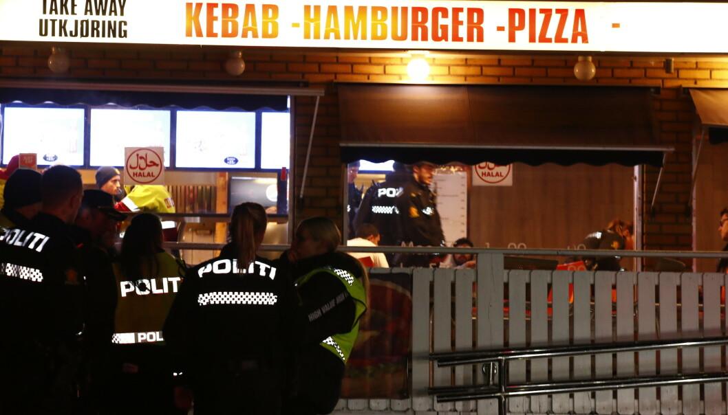 Politiet meldte om skytingen i Prinsdal, ved Prinsdal Grill, på Twitter klokka 0.11 natt til lørdag. Rundt 20 minutter etterpå kom opplysningen om at ytterligere én person var skadd, vedkommende har knivskader på kroppen. Foto: Terje Pedersen / NTB scanpix.