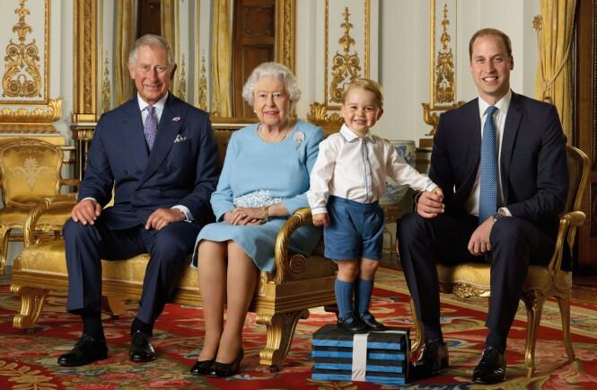 TRONARVINGER: Verken prins Charles eller prins William bærer gifteringer. Her sammen med dronning Elizabeth og prins George i 2015. Foto: NTB Scanpix