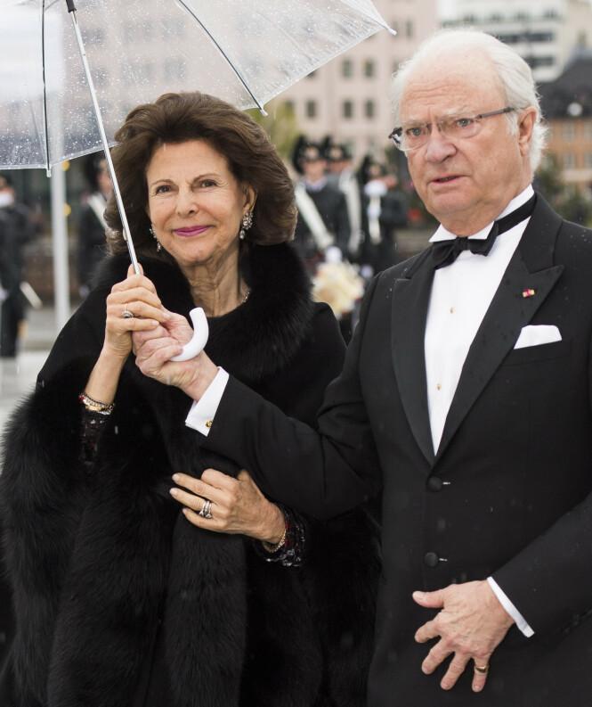 PÅ LILLEFINGEREN: Da det svenske kongeparet var i Oslo i 2017 bar kongen også ringen på lillefingeren. Foto: NTB Scanpix