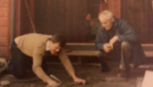 Farfar ser til at pappa legger stein slik han ville ha gjort det sjøl. Praktisk arbeid sto høyt i kurs. Foto: Privat