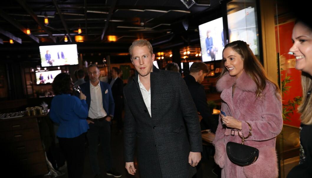 <strong>KOM SAMMEN:</strong> Erik Follestad og kjæresten på vei inn til premierefesten. Foto: Christian Roth Christensen / Dagbladet