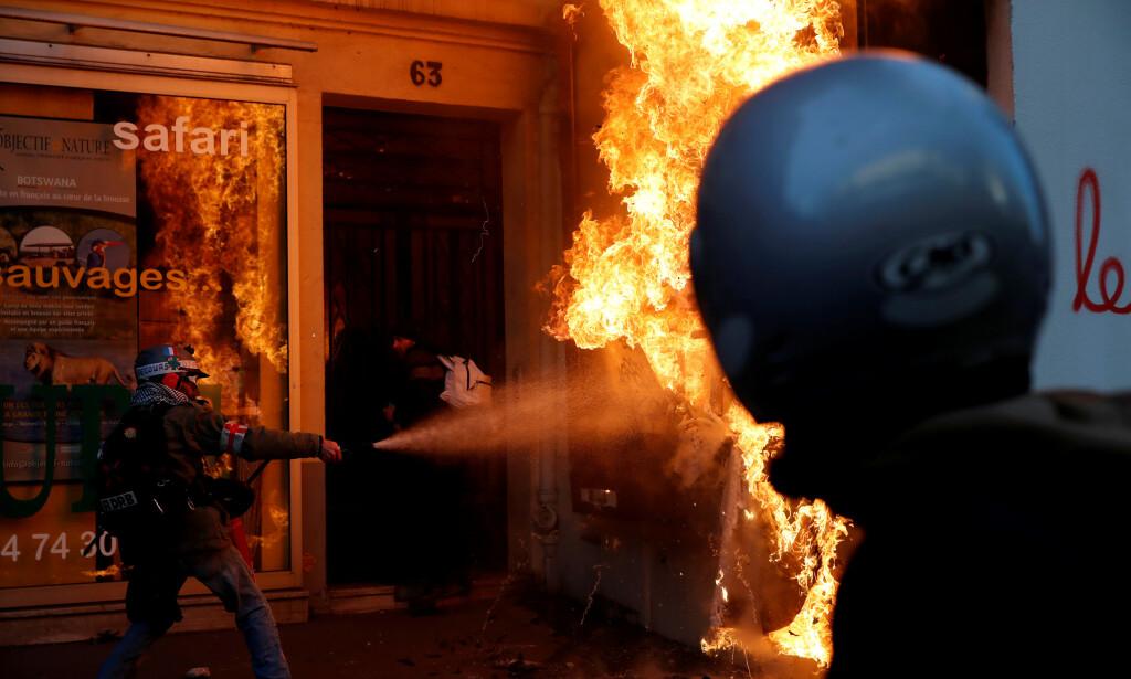 LANG STREIK: Frankrike har vært lammet av streik i 40 dager. Her slukkes en brann under en streikedemonstrasjon i Paris lørdag. Foto: Gonzalo Fuentes  / Reuters / NTB Scanpix