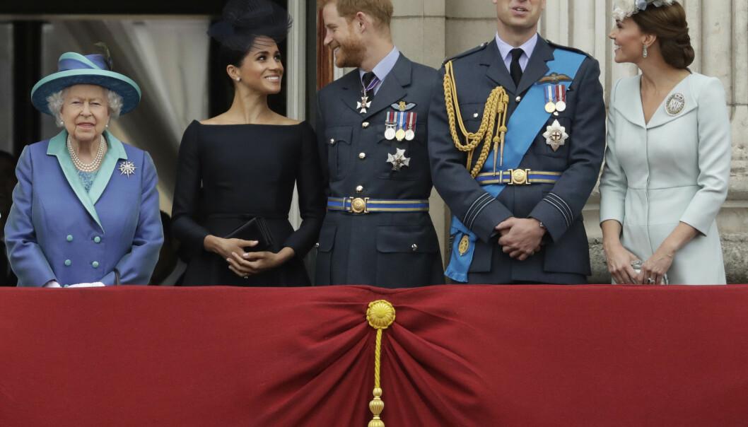Dronning Elizabeth (t.v.) fotografert sammen med prins Harry og Meghan, og pris William og Kate (t.h.). Foto: AP / Matt Dunham / NTB scanpix