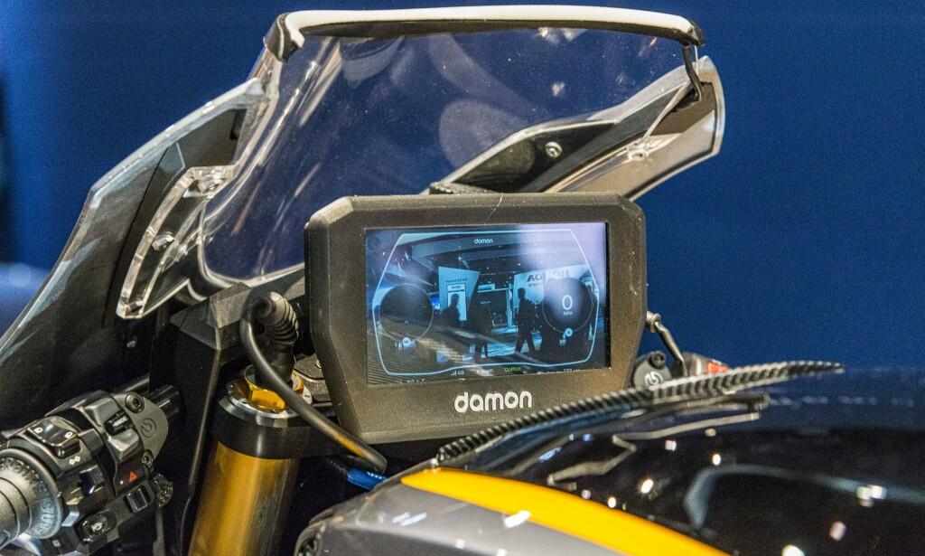 SIKKERHET: En 6-tommers skjerm viser via et kamera hva som skjer bak deg. Vibrering i håndtakene varsler om fare. Foto: Jamieson Pothecary