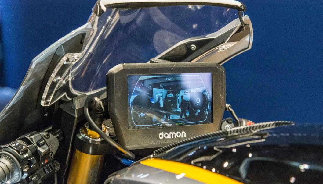 <strong>SIKKERHET:</strong> En 6-tommers skjerm viser via et kamera hva som skjer bak deg. Vibrering i håndtakene varsler om fare. Foto: Jamieson Pothecary