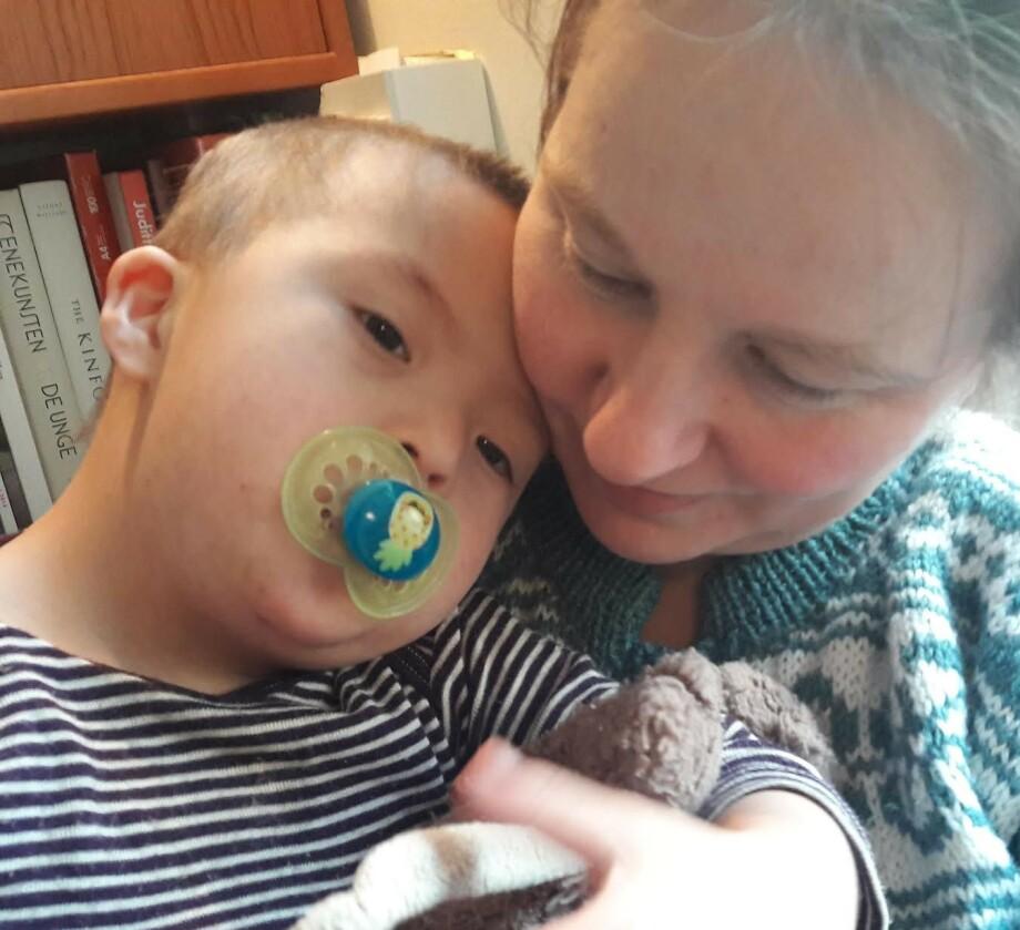 MØTT MED MEDFØLELSE: Da Linda for noen år siden fødte et barn med Downs syndrom uten å vite det på forhånd, opplevde hun å bli møtt med tristhet og medfølelse på sykehuset. FOTO: Privat