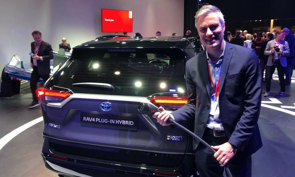 PRISEN ER KLAR: Informasjonssjef hos Toyota Norge, Espen Olsen gleder seg til ladbar RAV4 til høsten. Foto: Rune Nesheim