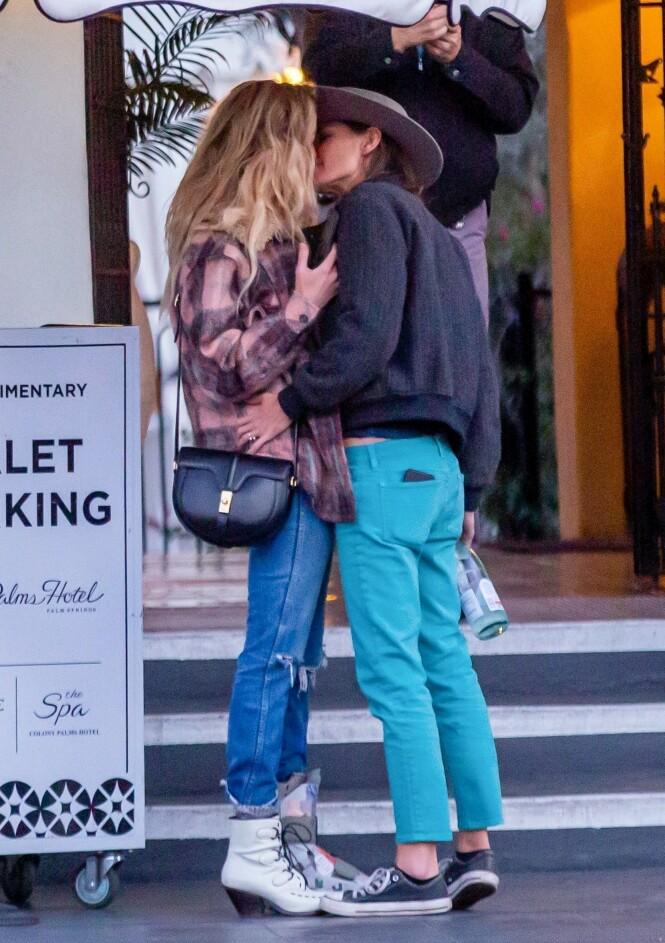 ROMANTISK KYSS: Bianca Butti holdt godt rundt Amber Heard da de delte et kyss utenfor et hotell i California forrige helg. Foto: NTB Scanpix