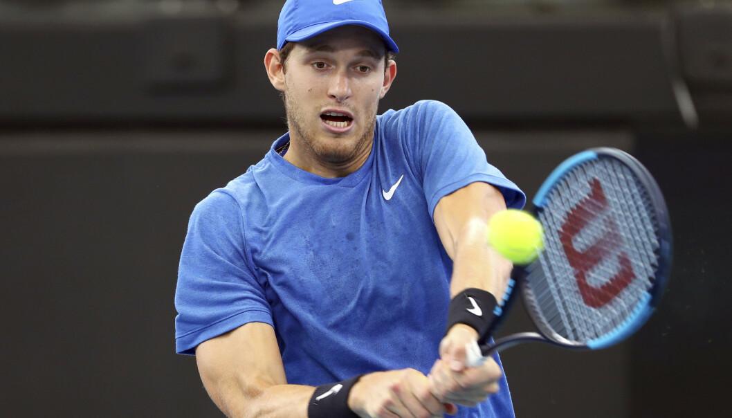 Nicolas Jarry i aksjon i ATP Cup i Australia tidligere i måneden, der han tapte alle sine tre kamper. Chileneren er nå suspendert som følge av en positiv dopingprøve. Foto: Tertius Pickard, AP / NTB scanpix.