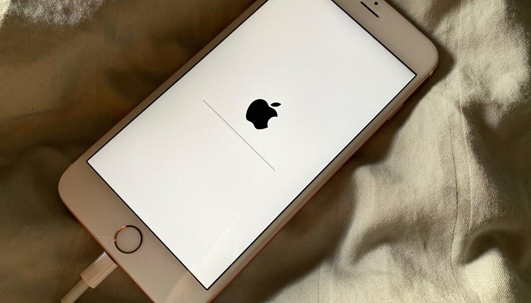 <strong>NULLSTILLES:</strong> Det kan være flere grunner til at man vil slette alt innhold på mobilen, og det er veldig enkelt å gjøre. Foto: Kirsti Østvang