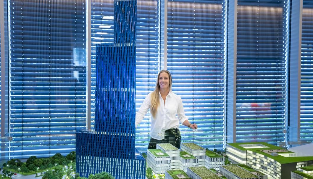 <strong>SKROTES:</strong> Administrerende direktør Nina Jensen i REV Ocean ser på en modell av den 200m høye bygningen til Kjell Inge Røkke som skal en gang skal huse World Ocean Headquarters (WOH), et verdensledende havsenter, på Fornebu. Nå skrotes planene om å bygge huset som høyhus. Foto: Heiko Junge / NTB scanpix