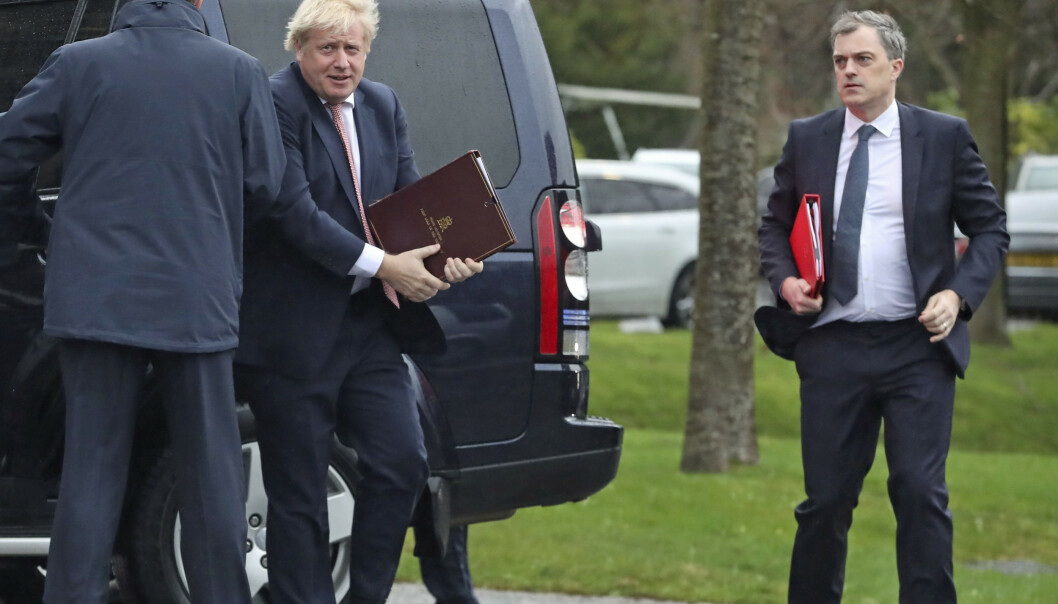 <strong>GÅR MOT RENTEKUTT:</strong> Storbritannias statsminister Boris Johnson under et besøk i Nord-Irland tidligere i uka. Foto: Liam McBurney / PA via AP / NTB scanpix