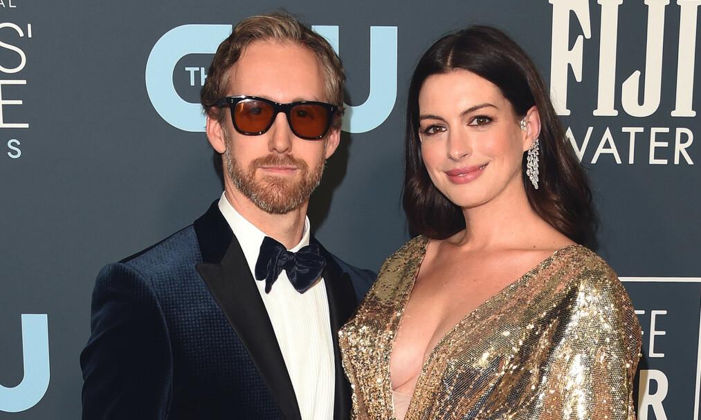 NYBAKTE FORELDRE: I helgen deltok Anne Hathaway og Adam Shulman på prisudelingen Critics' Choice Awards. Foto: NTB Scanpix