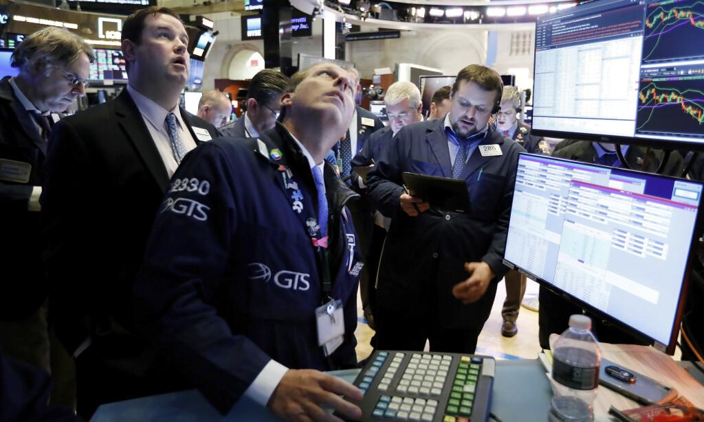 REKORD: Aksjehandlere på New York Stock Exchange etter undertegning av den innledende handelsavtalen mellom USA og Kina onsdag. Foto: Richard Drew / AP / NTB scanpix