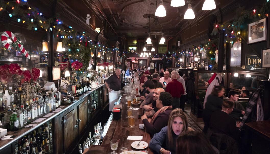 Baren Old Town Bar åpnet i New York i 1892. På 1920-tallet fungerte stedet som et ulovlig spritutsalg. I dag forsøker stedet å gjenskape noe av atmosfæren fra 100 år tilbake. Foto: Mark Lennihan / AP / NTB scanpix