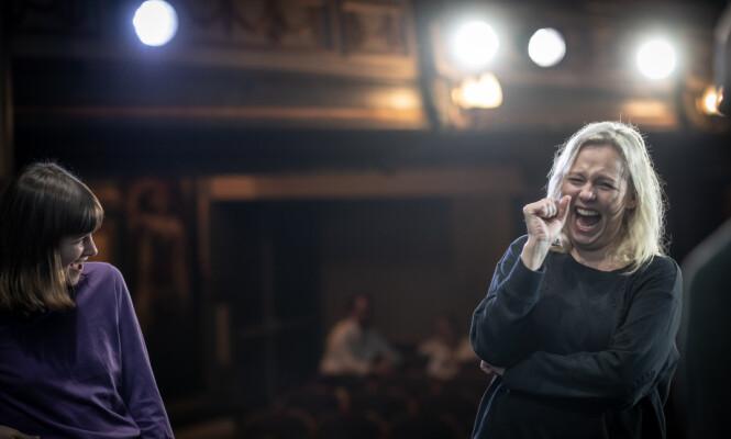 <strong>FØLELSESMENNESE:</strong> Linn Skåber på scenen med skuespiller Emilie Mordal - som akkurat har fått henne til å både le og gråte av det som ble fremført. FOTO: Lars Opstad