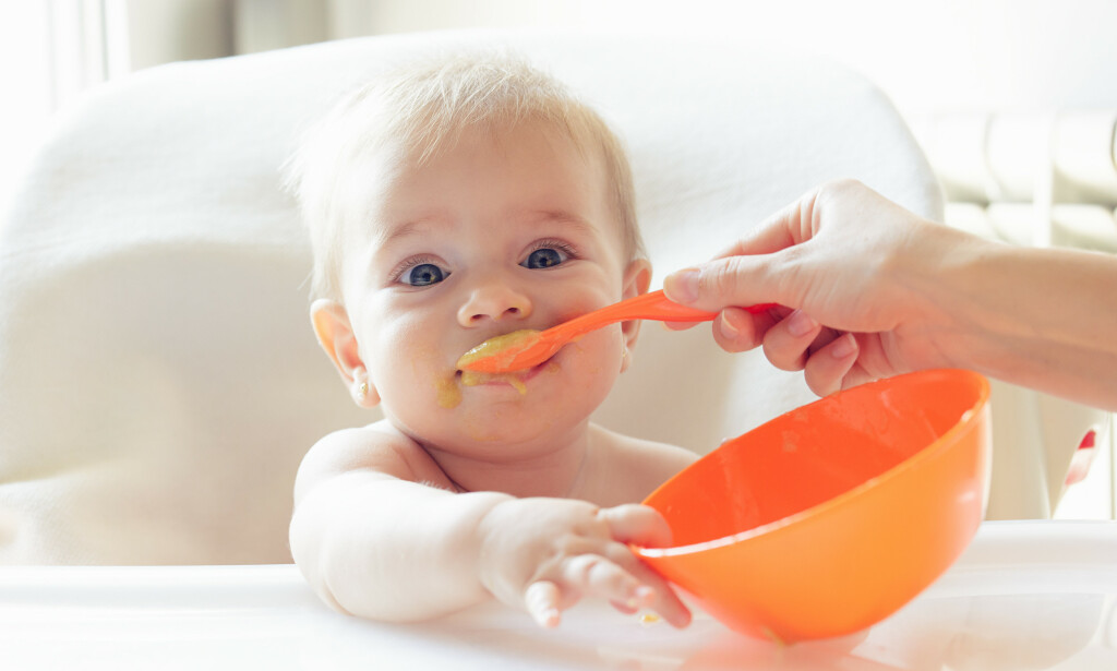 BABY: Fra fire til seks måneders alder kan spedbarn spise fast føde, men honning skal de ikke ha før de er over ett år. Foto: Shutterstock / NTB Scanpix