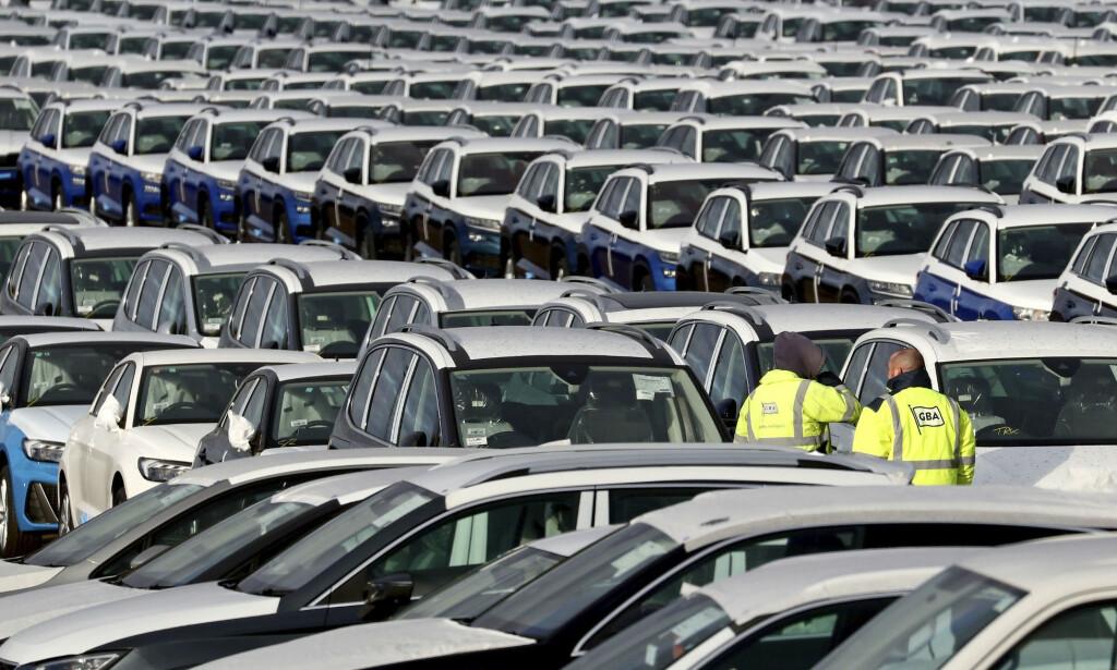 OPPGANG: Nybilsalget i EU økte for sjette år på rad i 2019. Her tusenvis av biler på en lagringsplass ved byen Sheerness, sørøst i England. Foto: Gareth Fuller / PA via AP / NTB scanpix