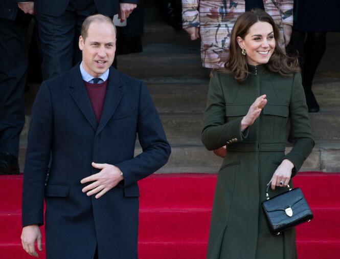 JOBBER PÅ: Til tross for at det britiske kongehuset er inne i en relativt ustabil fase med tanke på skandalene som de den siste tiden har vært utsatt for, fortsetter prins William og hertuginne Kate med sine kongelige plikter. Her fra januar 2020. FOTO: NTB scanpix