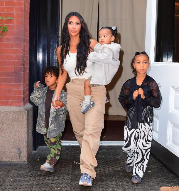 STOR FAMILIE: Kim Kardashian og Kanye West har fire barn sammen. Her er Kim sammen med de tre eldste, f.v. Saint, Chicago og North. Foto: Splash News/ NTB scanpix