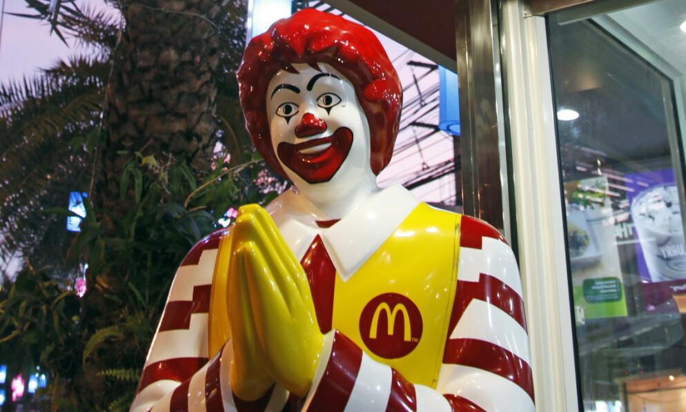 FØRT BAK LYSET: I en ny dokumentarserie tar blant andre skuespiller Mark Wahlberg for seg den utrolige historien om en gigantisk svindeloperasjon som rammet McDonald's-kunder over en tiårsperiode. Foto: NTB Scanpix
