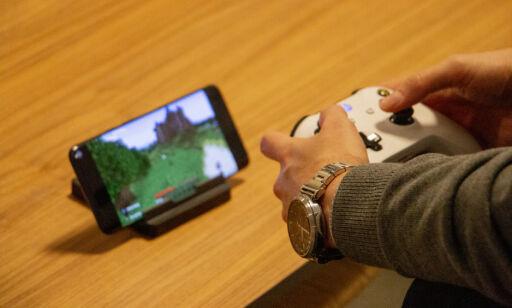 image: Spill konsollspill på mobilen